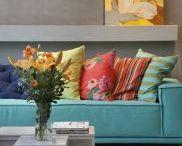 sofa turquesa e almofadas coloridas