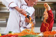 Gefu / GEFU traduce su pasión por la cocina en artículos de gran calidad y precisión que a la vez son divertidos y muy prácticos. Utensilios diseñados en Alemania para hacer el día a día en la cocina más fácil y entretenido. El catálogo es muy extenso: máquinas de pasta, cortadores, peladores, cuchillos y un largo etcétera indispensable para cualquier aficionado a la cocina más creativa.