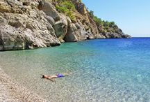 Karpathos / En rejse til Karpathos lover en oplevelse udover det sædvanlige. Her venter en ægte græsk atmosfære på en rolig ø med en smuk natur. Maden er god, strandene er skønne og havet er blåt og krystalklart. Prisniveauet på Karpathos er stadig relativt lavt, og livet er dejligt afslappende. Det betyder en mindeværdig ferie. Se mere på www.apollorejser.dk/rejser/europa/graekenland/karpathos