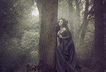 Mroczna/bajkowa w lesie