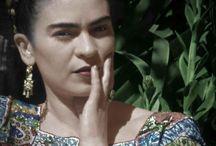 Frida Kahlo et ses oeuvres / Frida Kahlo, née le 6 juillet 1907 à Coyoacán au Mexique et morte le 13 juillet 1954 dans la même ville, est une artiste peintre mexicaine. Santé fragile, polio depuis l'âge de six ans puis victime d'un grave accident de bus. Elle subira interventions chirurgicales. Après son accident, elle se forme elle-même à la peinture. Son art est influencé par différents mouvement tels le réalisme et le symbolisme. En 1929, elle épouse l'artiste Diego Rivera, mondialement connu pour ses peintures murales.