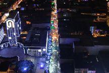 Navidad en Itagüì 2013 / 25 millones de luces y más de 10 km de alumbrados recorren las principales vías y parques de nuestra cuidad. Para estas festividades la temática escogida fueron los juguetes, es por esto que será usual encontrarse a lo largo del trayecto con gigantescos regalos decorados con moños, soldados de juguetes, trenes, tambores, osos gigantes, que harán renacer  el espíritu navideño.
