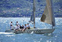 Sailing / Mit den Kollektionen von CAMPIONE sind Frauen und Männer natürlich angezogen und liegen voll im Trend der Mode.