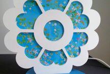 Lampes- Créations florales / Une touche d'originalité  de couleur et de gaieté dans une chambre, un salon , une salle de jeux... Ces lampes en bois sont personnalisables :couleur, tissu papier ... y compris le motif de découpe...
