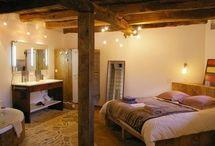 """Chambre d'hotes """"l'Ancienne Etable"""" en Aveyron / Dans cette chambre d'hotes, une ancienne étable, vous apprécierez les matières (bois, pierre) traditionnelles dans un décor modernisé.  Cette chambre d'hotes confortable et spacieuse occupe une superficie de 45 m2, elle comprend un espace jour avec canapé Chesterfield et fauteuils club, un espace nuit avec un grand lit et l'espace bain avec baignoire balnéo. Elle possède un accès direct à la cour et au jardin.  Le wc est séparé. Un lit d'une personne est aussi présent dans la chambre."""