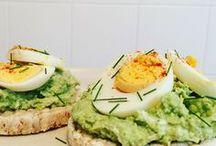 Reiswaffelfrühstück mit Avokado und Ei