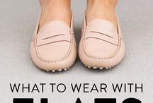 Flache Schuhe und passende Kleidung