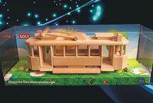 Dřevěné hračky v dárkovém balení / Hračky jsou umístěny v krásném panorama boxu taky české výroby po jednom či po dvou kusech dle zaměření. Např. nákladní auto + traktor. Balená hračka v SOLY boxu je velmi efektní.