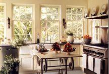 MESAS, CONSOLAS  Y VELADORES / Mesas y veladores que tanto por sus tableros, pintura o sus patas resulten decorativas.