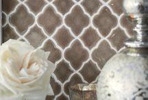 """Плитка формы """"Арабеск"""" / Очаровательные «фонарики» превращают любую поверхность в ажурное чудо. Пожалуй, арабески – самая нежная форма плитки, и она применима к совершенно разным стилям. Романтичное барокко, нейтральная классика, торжественный и пафосный ар-нуво или обаятельный прованс. Арабески украсят фартук кухни, часто применяются в ванных комнатах. Последнее время дизайнеры используют оригинальные решения и играют с контрастной затиркой, покрывают арабеской не только стены, но и полы."""