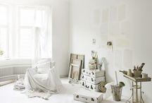 Tikkurila Color Now - LIGHT (odcienie bieli) / Wnętrza w odcieniach bieli nabierają eleganckiego charakteru i stają się przestrzenią do poszukiwania inspiracji i realizowania pasji.  Dzięki doskonałemu dopasowaniu do innych kolorów, biel pozwala kreatorom na wykorzystanie całej gamy możliwości twórczych.