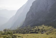 Mountain Love - Bergliebe / Tirol, 'The Land in the Mountains': Lofty mountains, picturesque valleys, rugged peaks, rolling Alpine pastures, spectacular glaciers - it's all here to enjoy - Tirol, das Land im Gebirg': Stolze Gipfel und malerische Täler, schroffe Felsen, sanfte Almen, prächtige Gletscher.