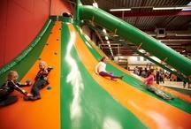 KidsZoo indoor speeltuin / KidsZoo is 6 dagen per week open! 100% avontuur en speelplezier voor kinderen van 1 tot 12 jaar én lekker luxe loungen voor ouders en begeleiders. Free Wi-Fi.
