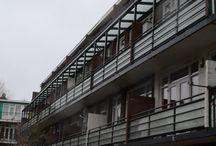 Schilperoorstraat Rotterdam / Renovatie Rotterdamse Schilperoortstraat is van start! Fase 1 met totaal 6 woningen succesvol opgeleverd. Stalen spijlhekwerk is vervangen voor het onderhoudsarme Renoparts glashekwerk type KVM.   Nieuwe hekwerk is voorzien van extra details zoals een buishandregel en voorlangs lopende buisprofielen. Tevens is het Renoparts Aluminium Veranda systeem toegepast op de 2e verdieping, dit zal het balkon droog houden. #glashekwerk #Rotterdam #veranda #balkon