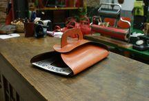 Otras piezas de cuero en Taller Puntera / En el Taller hacemos más cosas que bolsos y mochilas. Para ponernos, para sentarnos, para decorar,... #cuero #piel #artesanía #Madrid #leather #handmade #workshop #home