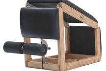 TriaTrainer - Banc à abdominaux / Le TriaTrainer est un banc de musculation 3 en 1. Il dispose de repose-pieds ajustable et permet la réalisation d'une multitude d'exercices. Fabriqué de manière artisanale en Allemagne, sa structure est en bois massif.