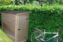 Abris vélo et moto / Petit mais pratique! Cet équipement à mettre dans le jardin, qu'il soit en bois ou en métal s'avère être idéal pour protéger et stocker les deux roues afin de les préserver, et de les mettre en sécurité grâce aux verrous!