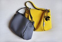 TRACOLLA BB / Handbag in neoprene® with inner lining and pocket, shoulder belt and magnetic lock. Borsa in neoprene foderata con tracolla in neoprene e moschettoni giganti. Chiusura con magnete centrale interno.  Mis./Mes. Large cm. 35 x 28 x 12 Small cm. 30 x 23 x 12