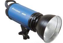 Fstudio Flashes / Prodej vybavení fotoateliéru, fotografických potřeb a fotopříslušenství. Vybavíme váš fotoateliér nezbytnou technikou, jako jsou studiové blesky, trvalá světla, softboxy, fotografické deštníky, fotografické blesky, příslušenství k bleskům, fotografické stativy, odrazné desky, fotopozadí, odpalovače k bleskům i nezbytnými doplňky jako je příslušenství k fotoaparátům, držáky a trny fotopozadí, sady pro produktové fotografie, nebo přepravní tašky.