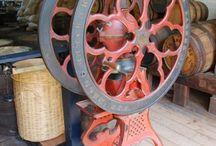 Antiguidades / Antigos utensílios, embalagens, brinquedos, ferramentas, e máquinas que resgatam um pouco de anos passados.