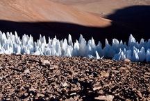 """I 10 luoghi più """"alieni"""" della Terra / Neve tagliente, laghi esplosivi, cristalli alti il doppio di un essere umano e massi che rotolano senza che nessuno li abbia lanciati. Dai cieli dell'Australia ai ghiacciai del Bhutan, dalle montagne dell'Islanda ai fondali del Brasile, i 10 luoghi della Terra che si distinguono per le loro curiose peculiarità naturalistiche."""