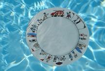 Collection Family Surf / assiettes, plats, coupelle ou saladier : les surfeurs, les enfants sur la plage et tout l'esprit du surf dans cette collection du nouveau avec la maxi cocotte revol en porcelaine aux couleurs de la mer