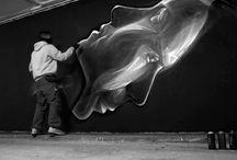 i N O-Street Art / Δεν γνωρίζουμε το όνομά του,ούτε το πρόσωπό του.Είναι απλά ο iNO,ο απόφοιτος της Σχολής Καλών Τεχνών που από το 2000 άρχισε να αυτοπροσδιορίζεται ως graffiti writer .Είναι ένας γνήσιος δημιουργός murals όπως ονομάζονται οι μεγάλες επιφάνειας παρεμβάσεις στο δημόσιο χώρο ,με έντονη καλλιτεχνική διάσταση.Δημιούργησε στο εσωτερικό της Κυπριακής βουλής τα πρόσωπα του Σόλων και Περικλή.Το έργο του έχει γίνει παγκοσμίως γνωστό .