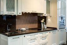 """Кухня """"ДИАНА"""" / Эта изящная модель кухни в классическом стиле. Фасады украшены декоративными колонками и розетками, витражами из матового стекла с алмазной гравировкой. Лёгкость, простота и игра контрастной окраски белого глянца фасадов и тёмной столешницы придают ей дополнительный шарм. В линейном исполнении кухня """"Диана""""впишется даже в очень компактное пространство."""