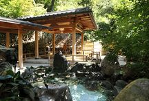 温泉(Onsen) / .   画像02.   画像03.   画像04.  サムネイル01 サムネイル02 サムネイル03 サムネイル04   山水を望む当館の天然温泉は、ゆったりとご満喫頂けるよう多彩な温泉をご用意致しております。 御影石で造られた露天風呂、香り良い檜露天風呂は音信川渓流の音を聴きながら、広々とした大浴場、ジャグジー、サウナで心身ともにごゆっくりおくつろぎください。