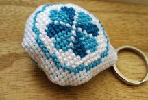 Aroma keychains - InsCross / The keychain is made of 100% cotton fabric, and it contains dried lavender. Due to the aromatherapy effects, it has its positive side effects, because breething in the scent of the herbs is very calming, helps to increase the ability to concentrate. Always have wonderful scents in your bag with your special keychain!
