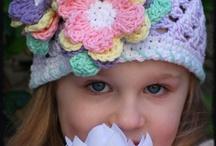 Cappello lilla con due fiori
