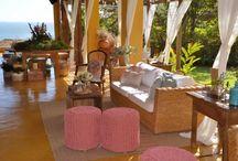 MERCADOR EVENTOS - ILHABELA / Sobre nosso trabalho de decoração de eventos, locação de mobiliário e roupa de mesa. Tudo feito a mão - projetado por nós e desenvolvido por artesãos locais.