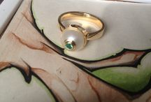 Anel de perola com topo de esmeralda em ouro / anel