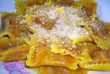 Tortelli di Zucca / I tortelli di zucca sono uno dei piatti tipici della tradizione Mantovana e sicuramente uno dei piatti più conosciuti in Italia, : i tortelli di zucca sono da sempre il tipico primo piatto da consumare durante la cena della vigilia di Natale.