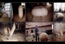 """RZEŹBA OWOCE NASZYCH DRZEW / Rzeźby wykonane z dębiny pozyskanej z wycinki drzew pomnikowych na ternie miasta (pod nadzorem Inspektora Przyrody). Ze względu na dużą zawartość odłamków pozostałych po II wojnie światowej, materiał ten nie nadawał się do wykorzystania w celu innym niż opałowy. Z powodu ich wartości historycznej i przyrodniczej powstał projekt rzeźbiarski """"owoce naszych drzew"""". """"Pomniki zmieniły tylko swoją formę""""... Obecnie rzeźby można oglądać na terenie Ogrodu Botanicznego we Wrocławiu aut. TADEUSZ ADAMOWSKI"""