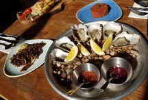 """Ostrygi Bubbles / Ostrygi to przysmak prosto z morza. Nazywa się je jednymi z """"owoców morza"""". Ostrygi zazwyczaj kojarzą się z luksusem, ale jednak każdy może sobie pozwolić na ich zasmakowanie. Przez swoją delikatność, ciekawy smak, bogactwo minerałów, witamin i białek, traktowane są jako afrodyzjaki. http://www.bubbles.com.pl"""