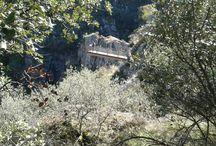 Masueco / Junto a Aldeadávila de la Ribera se encuentra Masueco, un pequeño pueblo cuyo principal atractivo es la tremenda cascada conocida como Pozo del Humo en el Río Uces, tributario del Duero. Estamos en el Parque Natural Arribes del Duero, una maravilla natural en España y Portugal.