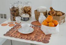 La tua colazione! Un pasto ESSENZIALE / La colazione è il pasto più importante della giornata. Puoi apparecchiare la tavola con le tovagliette, i sacchini e gli altri prodotti della linea ESSENTIALIST.