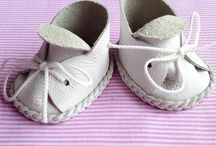 Baba cipők és ruhák.