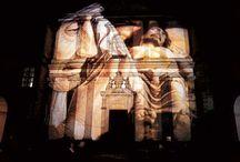 """Io al fondografo lucicanti Torino 1998 / Proiezioni, attraverso il fondografo, di immagini artistiche sulla facciata della Basilica """"Corpus Domini"""" a Torino."""