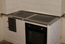 piece kuchenne / Kuchnie kaflowe to powrót do tradycji i charakterystycznego klimatu gotowania. Podczas przygotowywania posiłków ciepło wydalane przez kuchnię ogrzewa pomieszczenie. Różnorodnośc kafli pozwala na dopasowanie do dowolnego stylu, zgodnie z życzeniem Klienta.