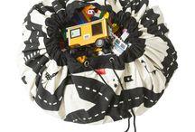 opbergzakken/speelkleden Play & Go / Opbergmanden,opbergdozen en koffertjes... ze zijn natuurlijk erg functioneel maar mogen ook zeker niet ontbreken als decoratie in de babykamer! Wij hebben opbergers in allerlei verschillende vormen, maten, basis of met print! Kijk snel in ons assortiment voor hippe en originele opbergers voor de kinderkamer!