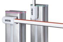 Automatische slagbomen met normale mast of knikmast (elektrische) / Met onze slagbomen kan er controle uitgeoefend worden op de doorgang of toegang van diverse terreinen. Een automatische slagboom is in veel situaties een geschikte oplossing, doordat men kan kiezen uit rechte masten of knikmasten. De lengte van de mast kan variëren tussen de 2,50 meter en 8 meter. Door het toepassen van vangpalen worden de masten extra ondersteund en indien nodig elektronisch vergrendeld.
