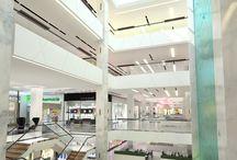 Centre commercial Nice Étoile / En 2012, le groupe Unibail Rodamco décide de rénover ses centres commerciaux français pour leur donner une identité plus luxueuse. Imaginée par Saguez & Partners, c'est le studio Piranèse qui a réalisé la modélisation 3D, déclinée ensuite sur l'ensemble des centres du groupe.  Découvrez les images 3D du Nice Étoile, le 1er centre rénové où l'objectif était de faire comprendre les différents niveaux mais aussi de faire ressortir la grandeur des volumes et des installations transparentes.