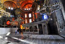 Ayasofya Tarihi Ve Mimarisi / Ayasofya hem tarihi hem de mimarisi ile insanlık tarihinde çok özel bir yere sahiptir. Dünya üzerindeki tüm kubbeli yapılar içinde ayrı bir yere sahip olan Ayasofya, inşa edildiği 537 yılından, yaklaşık bin yıl sonrasına kadar dünyanın en büyük tapınağı olarak kalmıştır.