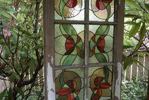 syksyn kukat ikkunassa