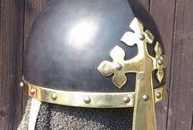 Helmy / Různé druhy historických helm vyrobeny podle návrhů, fotografií nebo knížek