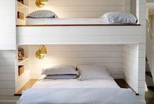 Стены в спальне в белых тонах