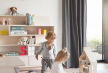 Kleiderschränke und Regale für Kinder / Kleiderschränke und Regale für Kinder aller Altersgruppen Ob Sie die Erstausstattung fürs Babyzimmer planen oder neue Möbel fürs Spiel-Lernzimmer Ihres Vorschulkindes suchen: Die Einrichtung eines Kinderzimmers orientiert sich in erster Linie an den altersgemäßen Bedürfnissen Ihres Kindes.  Darüber hinaus ist ausreichend Stauraum wichtig. Dieser ist so gestaltet, dass es Ihrem Kind Spaß macht, selbstständig Ordnung zu halten.