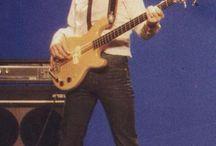 John Deacon met zijn Kramer DMZ4001 bas in de clip van Play the game